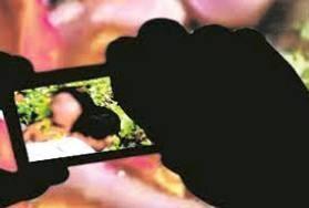 शर्मनाक : जबरन कराई गई शादी से नाराज पति ने पत्नी का अश्लील फोटो सोशल मीडिया पर वायरल कर दिया,